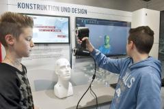 DI_Schueler-mit-3D-Scanner